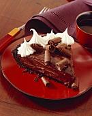 Schokoladenmousse-Kuchenstück mit Schlagsahne
