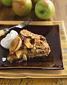 Ein Stück Apple Pie mit Sahne