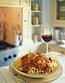 Campanelle mit Wurstscheiben und Tomatensauce