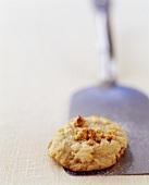 Walnuss-Keks auf einem Pfannenwender