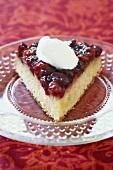 Stück Cranberrykuchen mit Sahneklecks