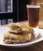 Sandwich mit Schweinefleisch und ein Glas Bier