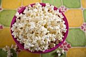Popcorn in pinkfarbener Schale