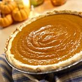 Ganze Pumpkin Pie, Kürbisse im Hintergrund
