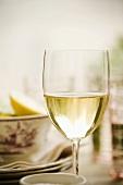 Weissweinglas auf gedecktem Tisch