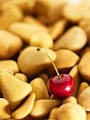 Eine Kirsche auf kleinen Steinen