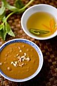 Erdnusssauce und Hoisinsauce (Vietnam)