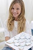 Mädchen hält Platte mit Keksen zum Chanukka-Fest