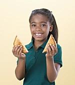 Mädchen hält ein gegrilltes Käsesandwich in den Händen