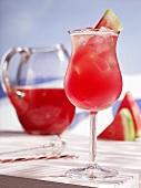 Wassermelonen-Saft in einem Glaskrug und im Glas auf Eis