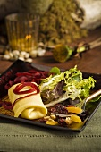 Apfel und Brie im Crepe mit Salat