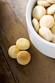 Austerncracker in Schale und daneben