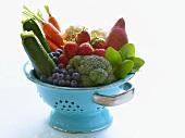 Frisches Gemüse und Beeren in einem Fussseiher