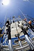 Beim Hochseefischen: Viele Angeln am Heck eines Bootes