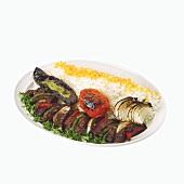 Gegrilltes Rindfleisch mit Gemüse und Reis (Mittlerer Osten)
