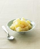 Ananasstücke in blauer Schale