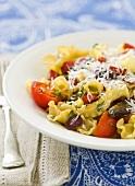 Nudeln (Campanelle) mit Pilzen und Tomaten