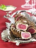 Thunfischfilet mit Pfefferkruste auf Silberplatte