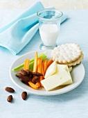 Kleiner Snack aus Crackern, Käse, Mandeln und Gemüse