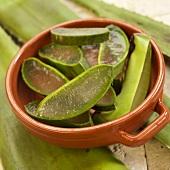 Scheiben vom Aloe Vera Blatt in einer Tonschüssel