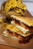 Sandwich mit Putenschinken, Erdbeermarmelade und Frischkäse