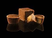 Erdnussbutterkonfekt und Schokoladenwürfel (Fudge)