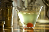 Apple Martini mit Cocktailkirsche