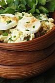 Kartoffelsalat mit gekochten Eiern