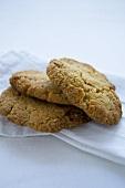 Ingwer-Pecannuss-Cookies auf Stoffserviette