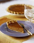 Stück Pumpkin Pie auf blauem Teller