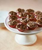 Erdnussbutter-Schokoladen-Törtchen in Pralinenförmchen
