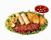 Chinesische Vorspeisenplatte mit Saucenschälchen