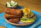 Frittierter Käse mit Kochbananenpüree und Avocado (Mexiko)