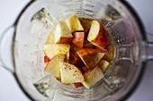 Apfelstücke im Mixer von oben (Zutaten für Apfelsmoothie)
