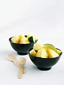 Frische Ananasstücke mit Limetten