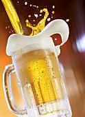 Bier in Glaskrug einschenken