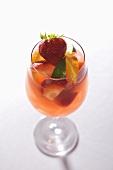 Sangria mit Früchten im Stielglas