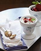 Griechisches Joghurt mit frischen Beeren in antiker Schale