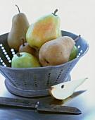 Birnen in einem antiken Küchensieb