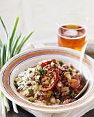 Rote Bohnen, Wurst, Zwiebeln und Paprika mit Reis