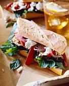 Baguettesandwich mit Aubergine, Zwiebeln und Feta