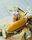 Gegrillter Maiskolben mit Limettenschnitze und Paprikapulver