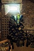 Ehemaliger Weinkeller mit verstaubtem Flaschenständer
