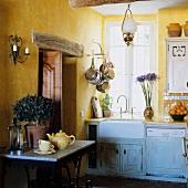 Ecke in Landhausküche mit gelbgetönter Wand