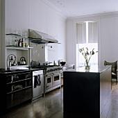 Offene Küche im Altbau mit freistehenden Küchenblock