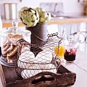 Holztablett mit Eiern und Plätzchen, Artischocken und Marmelade auf dem Tisch