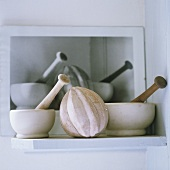 Stillleben aus antiken Mörsern und handgemachter Zitronenpresse