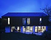 Neubauhaus mit Abendbeleuchtung in Nachtstimmung