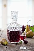 Selbstgemachter Pflaumen-Birnen-Likör in Glas & Karaffe
