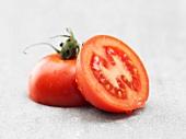 Halbierte Tomate mit Wassertropfen